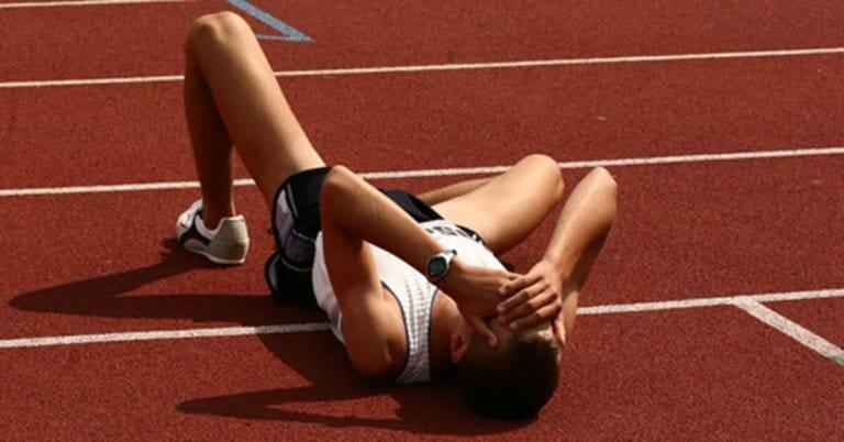 corredor caído no chão