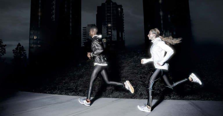 pessoas correndo a noite