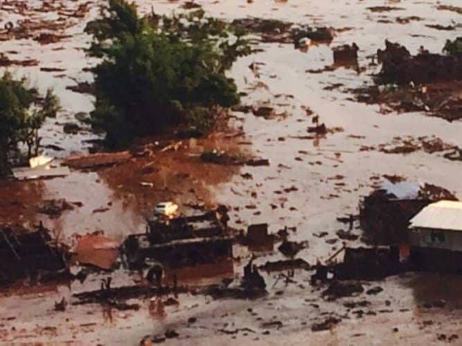 imagem da destruição causada pelo rompimento das barragens em Mariana (MG)